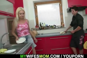 wife comes in and sees her bf copulates her mamma