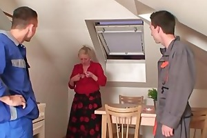 nasty granny spreads her legs for weenies