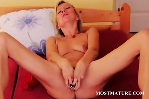 older sweetheart filling her slit with a large