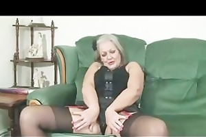 aged lady copulates her vagina on the daybed