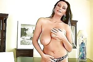 older hottie pandora dildos her pussy